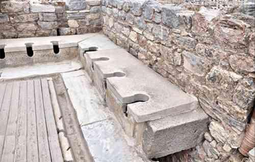 Người ta đã sử dụng gì để lau mông trước khi giấy vệ sinh được ra đời? - Ảnh 1.