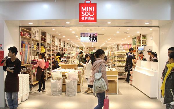 Bán đồ Nhật nhái' giá bèo, 7 năm chưa hề có lãi, điều gì khiến Miniso nổi lên như một thế lực toàn cầu, tăng trưởng vượt cả Uniqlo và Muji? - Ảnh 1.