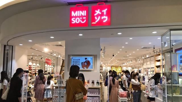 Bán đồ Nhật nhái' giá bèo, 7 năm chưa hề có lãi, điều gì khiến Miniso nổi lên như một thế lực toàn cầu, tăng trưởng vượt cả Uniqlo và Muji? - Ảnh 2.