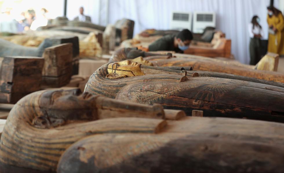Các nhà khảo cổ Ai Cập mở nắp quan tài chứa xác ướp vẫn còn nguyên vẹn sau 2500 năm - Ảnh 1.