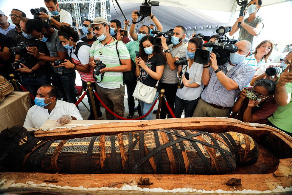 Các nhà khảo cổ Ai Cập mở nắp quan tài chứa xác ướp vẫn còn nguyên vẹn sau 2500 năm - Ảnh 3.