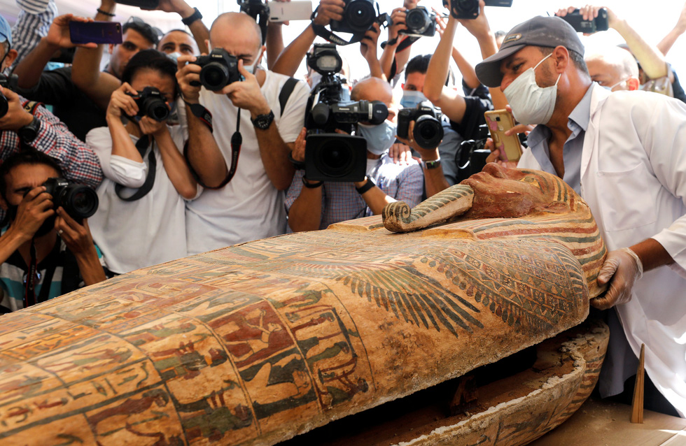 Các nhà khảo cổ Ai Cập mở nắp quan tài chứa xác ướp vẫn còn nguyên vẹn sau 2500 năm - Ảnh 2.