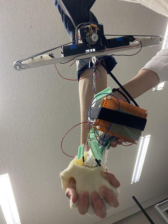 Tay robot giúp thanh niên FA thử cảm giác nắm tay bạn gái: Phát ra tiếng, đổ mồ hôi, mềm ấm như tay thật - Ảnh 1.