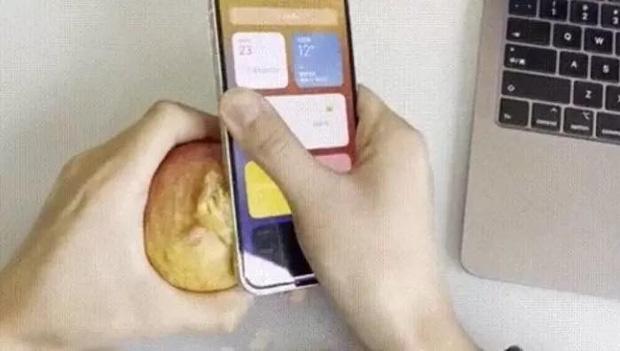 Khi muốn ăn táo mà không có dao, bạn có thể gọt vỏ bằng... iPhone 12 - Ảnh 2.