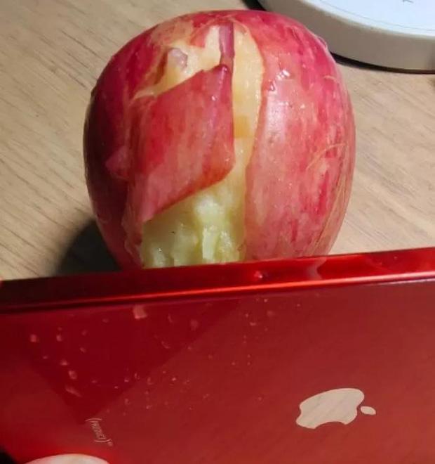 Khi muốn ăn táo mà không có dao, bạn có thể gọt vỏ bằng... iPhone 12 - Ảnh 3.