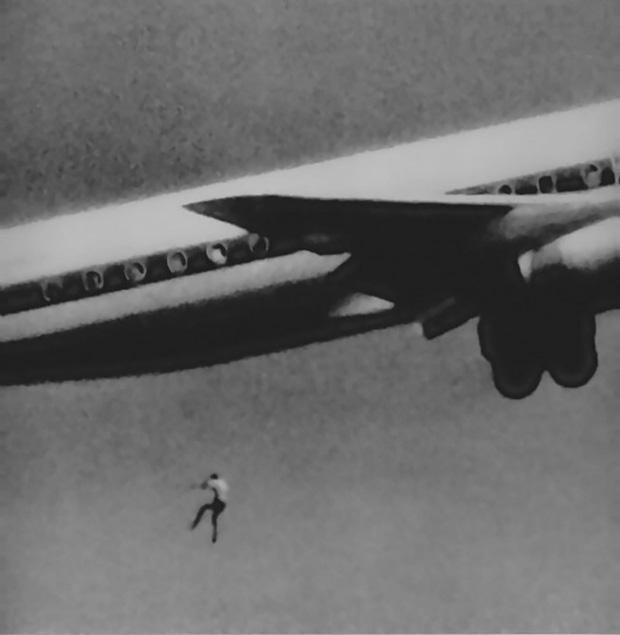 Bóng người nhỏ bé đột nhiên rơi khỏi máy bay chỉ ít giây sau khi cất cánh, tạo ra bi kịch kỳ lạtrong lịch sử hàng không thế giới - Ảnh 1.