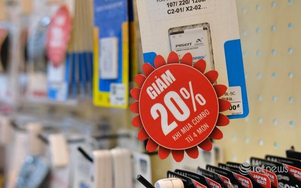 Khuyến mại khi mua phụ kiện điện thoại tại một cửa hàng điện thoại. (Ảnh: Hải Đăng)