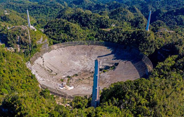Chưa kịp tháo dỡ, kính viễn vọng khổng lồ của Đài quan sát Arecibo đã sập - Ảnh 1.
