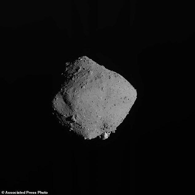Mẫu vật được tàu vũ trụ Nhật lấy từ thiên thạch cách xa 300 triệu km trông như than củi - Ảnh 2.