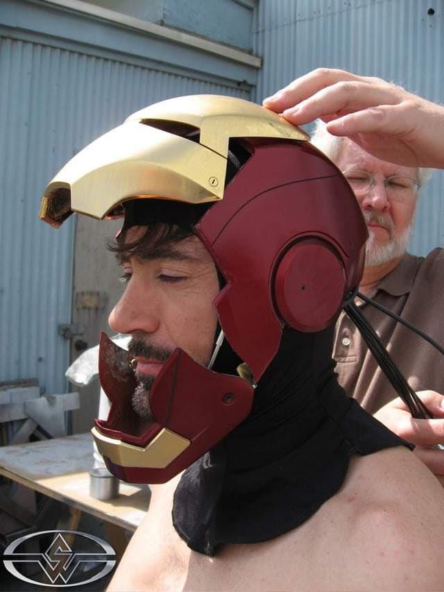 Fan bất ngờ khai quật bức ảnh lịch sử của MCU: Robert Downey Jr. lần đầu tiên đội thử chiếc mũ giáp trên phim trường Iron Man - Ảnh 2.