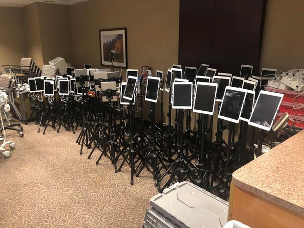 Những chiếc iPad vĩnh biệt: Tấm ảnh nói lên sự xót xa mà người Mỹ đang phải chấp nhận giữa đại dịch - Ảnh 1.