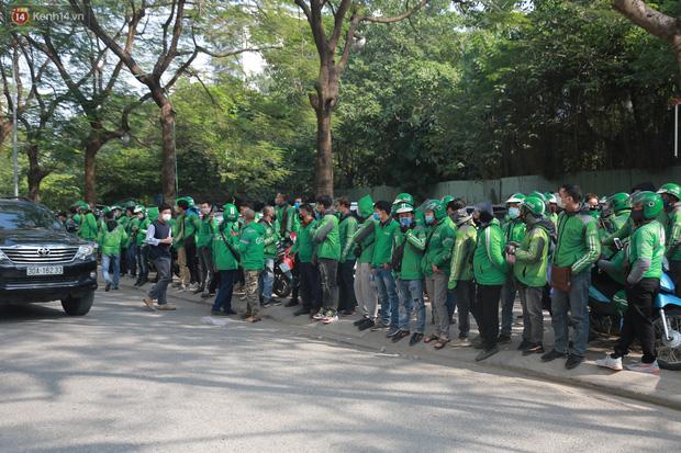 Hà Nội: Hàng trăm tài xế tắt app, tập trung phản đối Grab tăng giá cước - Ảnh 1.