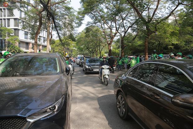 Hà Nội: Hàng trăm tài xế tắt app, tập trung phản đối Grab tăng giá cước - Ảnh 6.