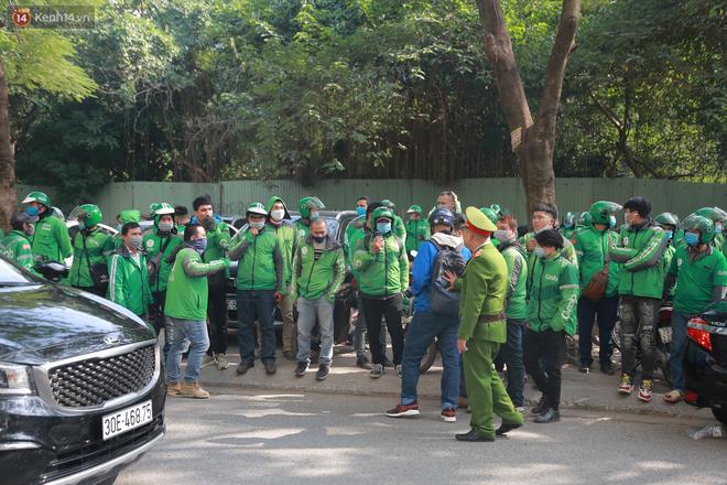 Hà Nội: Hàng trăm tài xế tắt app, tập trung phản đối Grab tăng giá cước - Ảnh 7.