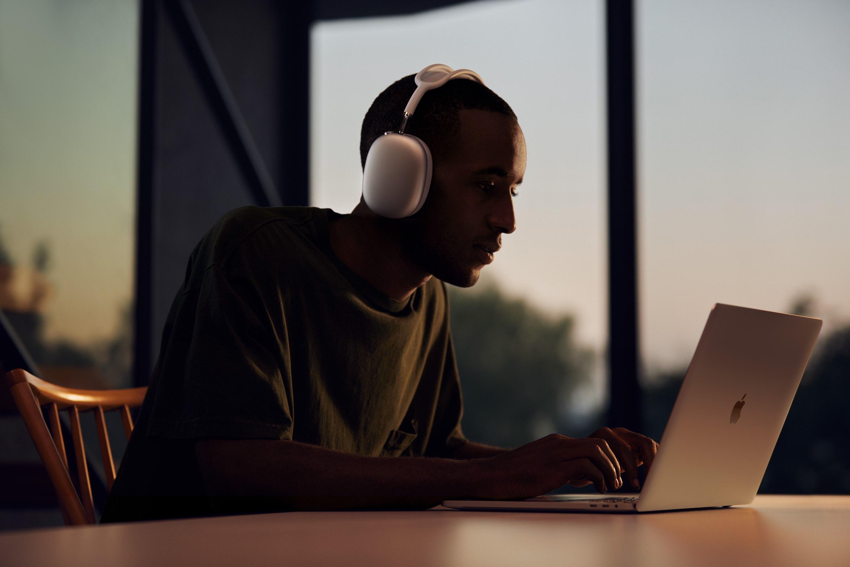 AirPods Max có trọng lượng 385 gam, nặng hơn hầu hết các mẫu headphone cao cấp hiện nay - Ảnh 2.