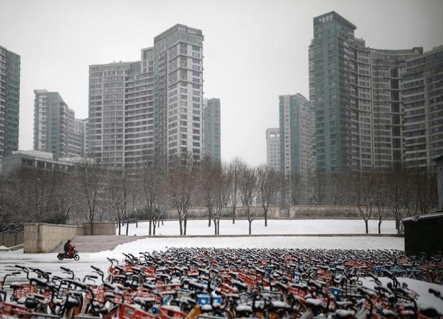 Cảnh tượng hiếm thấy: Hàng triệu người trở lại làm việc nhưng các siêu đô thị Trung Quốc vẫn chìm trong hôn mê vì virus corona - Ảnh 2.
