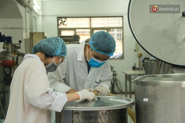 Giữa mùa dịch Covid-19, Đại học Bách khoa Hà Nội tự sản xuất 500 lít dung dịch sát khuẩn để chuyển xuống xã Sơn Lôi - Ảnh 2.
