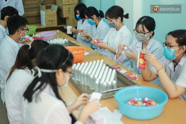 Giữa mùa dịch Covid-19, Đại học Bách khoa Hà Nội tự sản xuất 500 lít dung dịch sát khuẩn để chuyển xuống xã Sơn Lôi - Ảnh 11.