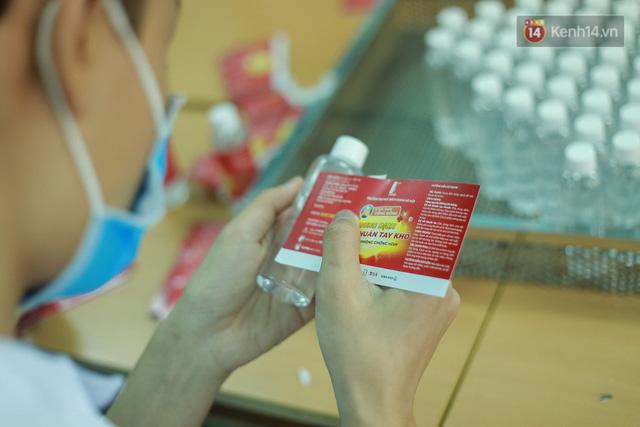 Giữa mùa dịch Covid-19, Đại học Bách khoa Hà Nội tự sản xuất 500 lít dung dịch sát khuẩn để chuyển xuống xã Sơn Lôi - Ảnh 12.