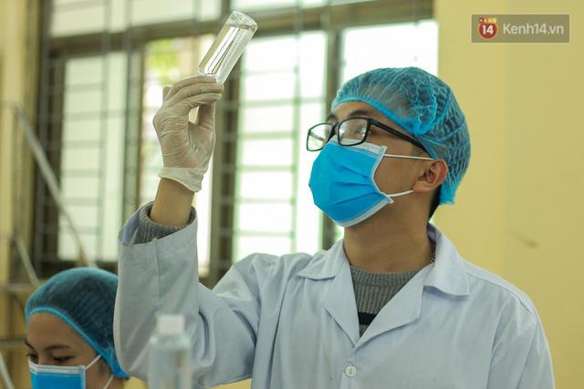 Giữa mùa dịch Covid-19, Đại học Bách khoa Hà Nội tự sản xuất 500 lít dung dịch sát khuẩn để chuyển xuống xã Sơn Lôi - Ảnh 9.