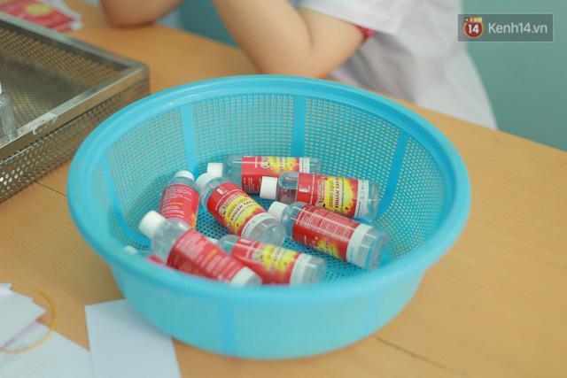 Giữa mùa dịch Covid-19, Đại học Bách khoa Hà Nội tự sản xuất 500 lít dung dịch sát khuẩn để chuyển xuống xã Sơn Lôi - Ảnh 10.