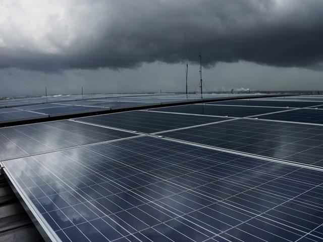 Sủ dụng công nghệ chấm lượng tử, pin mặt trời có thể tạo ra điện năng ngay cả khi trời nhiều mây hay có mưa - Ảnh 1.