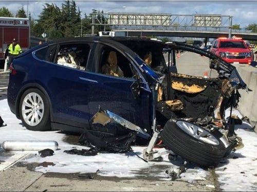Xe Tesla tăng tốc lên 85mph vì bị đánh lừa bởi miếng băng keo dán trên biển báo 35mph - Ảnh 2.