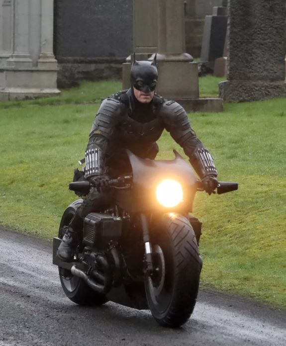 Lộ ảnh mới của The Batman 2021: Người Dơi vận bộ trang phục chưa từng có tiền lệ trên phim, cưỡi xe Bat-bike phân khối lớn ngầu lòi - Ảnh 4.