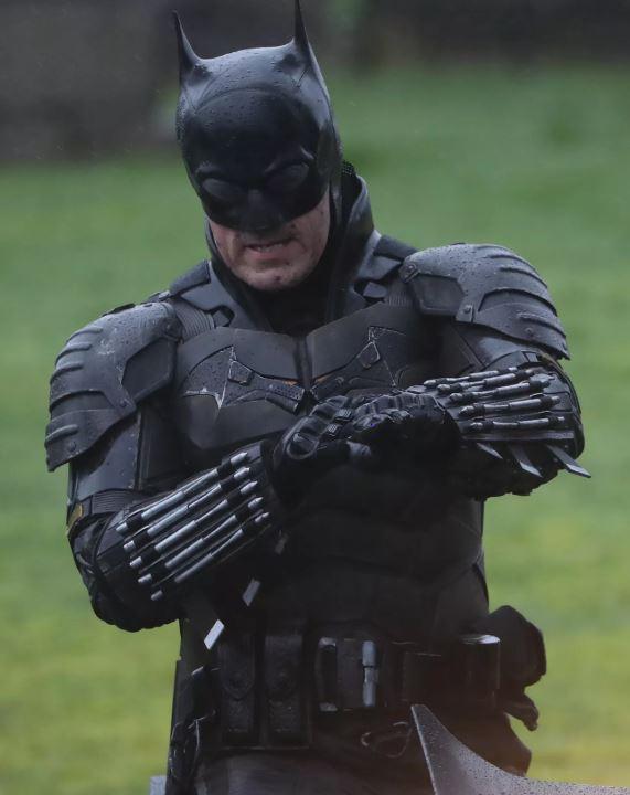 Lộ ảnh mới của The Batman 2021: Người Dơi vận bộ trang phục chưa từng có tiền lệ trên phim, cưỡi xe Bat-bike phân khối lớn ngầu lòi - Ảnh 2.