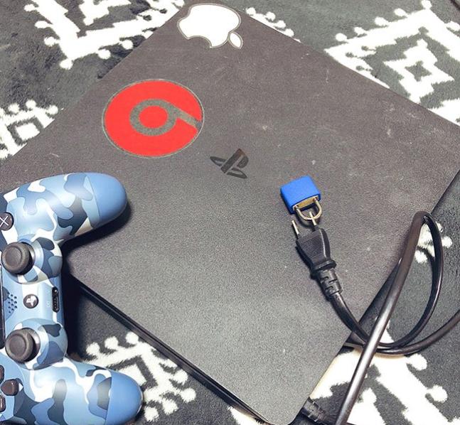 Cao tay như phụ huynh Nhật Bản: Bấm khóa phích cắm điện máy PS4 để con khỏi chơi điện tử - Ảnh 1.