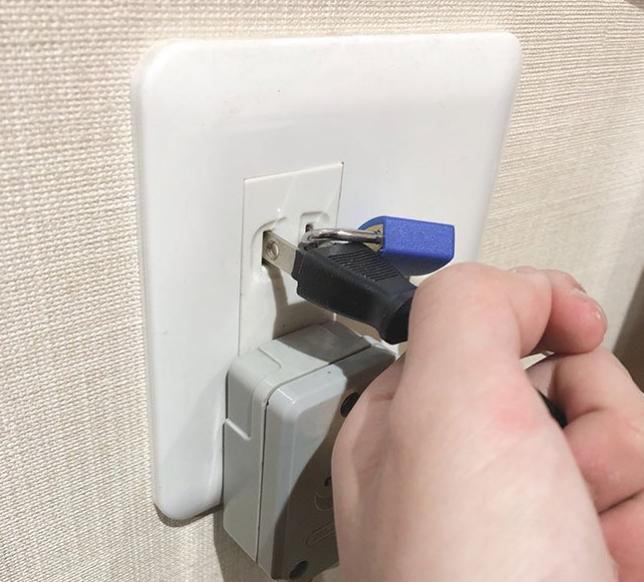 Cao tay như phụ huynh Nhật Bản: Bấm khóa phích cắm điện máy PS4 để con khỏi chơi điện tử - Ảnh 2.