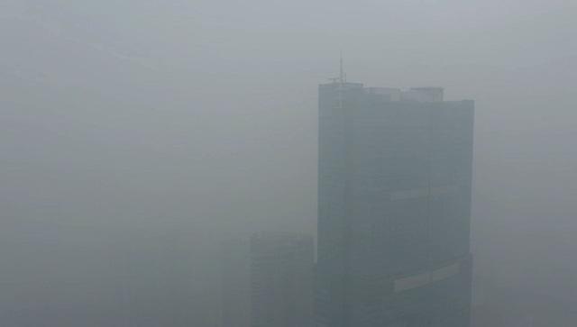Nhiều tòa nhà mờ ảo nhìn từ flycam, chất lượng không khí ở Hà Nội suy giảm - Ảnh 2.