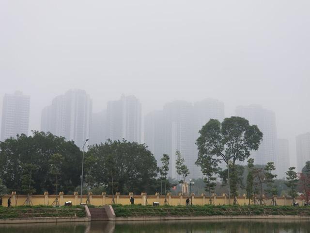 Nhiều tòa nhà mờ ảo nhìn từ flycam, chất lượng không khí ở Hà Nội suy giảm - Ảnh 8.