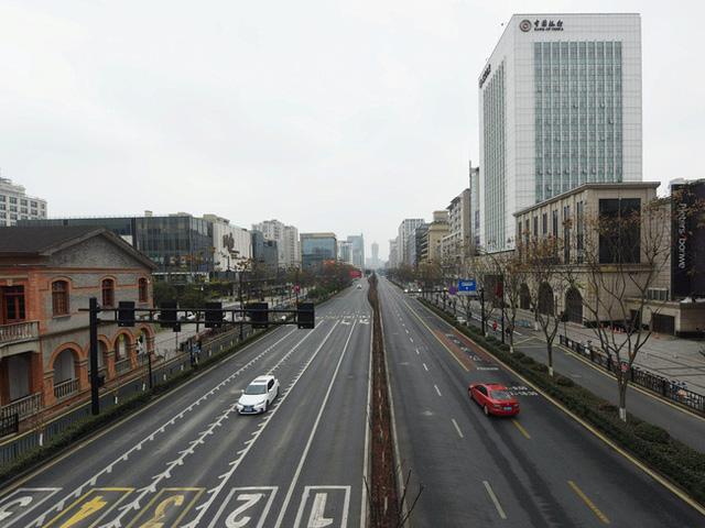 Trung Quốc chính thức phong tỏa 4 thành phố lớn của tỉnh Chiết Giang, mỗi gia đình chỉ được ra đường 2 ngày 1 lần - Ảnh 1.