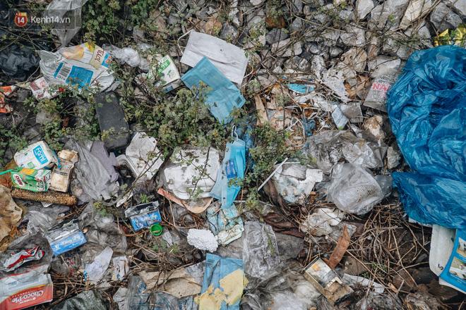 Khi người dân chen nhau mua bằng được khẩu trang để bảo vệ chính mình nhưng lại vứt tràn lan ra ngoài môi trường - Ảnh 20.