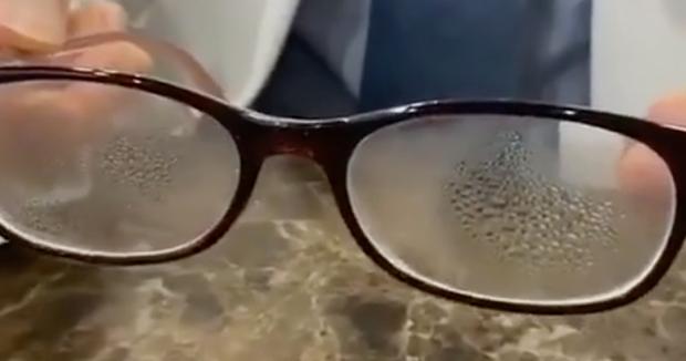 Dành cho team cận thị giữa cơn bão virus corona: Cách đeo khẩu trang cực đơn giản để mắt kính không bị mờ vì hơi nước - Ảnh 1.