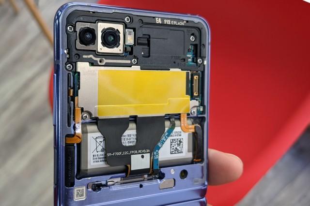 Phóng viên GSMArena kể về hành trình sửa Galaxy Z Flip đầy trắc trở - Ảnh 5.