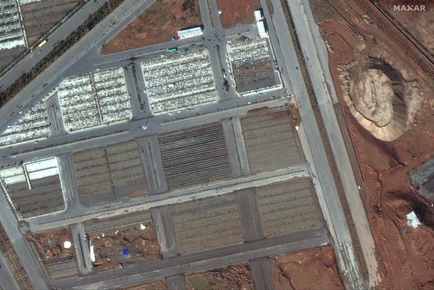Hình ảnh đau lòng: Hố chôn thi thể người tử vong vì Covid-19 tại Iran đủ lớn để có thể nhìn thấy được từ vũ trụ - Ảnh 2.