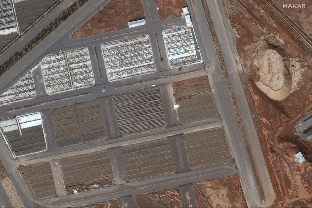 Hình ảnh đau lòng: Hố chôn thi thể người tử vong vì Covid-19 tại Iran đủ lớn để có thể nhìn thấy được từ vũ trụ - Ảnh 3.