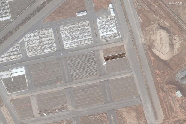 Hình ảnh đau lòng: Hố chôn thi thể người tử vong vì Covid-19 tại Iran đủ lớn để có thể nhìn thấy được từ vũ trụ - Ảnh 4.