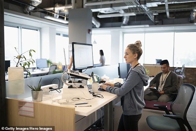 Khoa học chứng minh: Dân văn phòng nên quỳ hoặc ngồi xổm khi làm việc vì lý do sau - Ảnh 1.