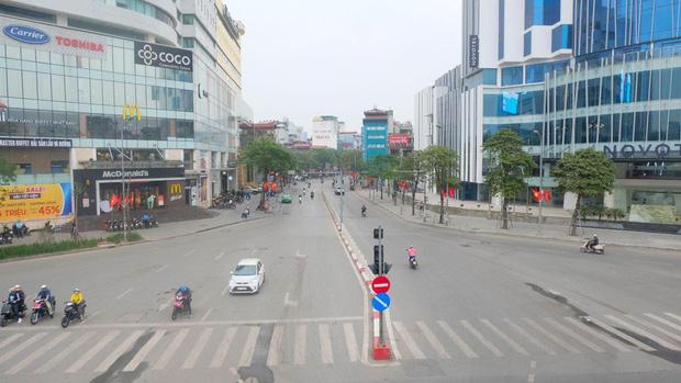 Ảnh: Phố phường Hà Nội vắng như mùng 1 Tết vì dịch Covid-19 - Ảnh 1.