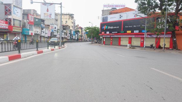 Ảnh: Phố phường Hà Nội vắng như mùng 1 Tết vì dịch Covid-19 - Ảnh 2.