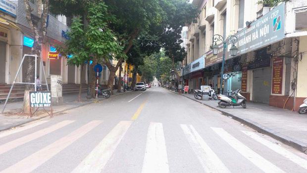 Ảnh: Phố phường Hà Nội vắng như mùng 1 Tết vì dịch Covid-19 - Ảnh 4.