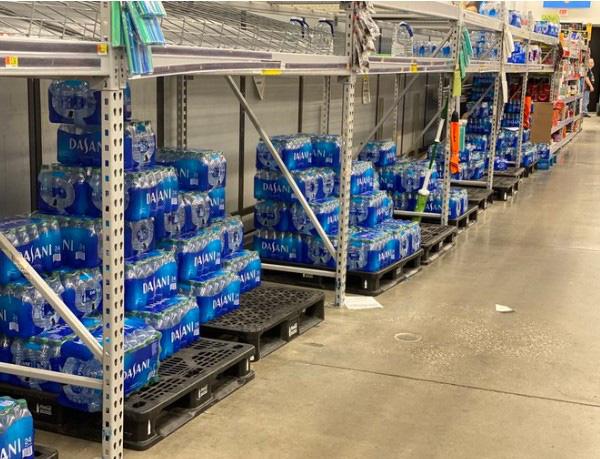 Dân Mỹ ồ ạt tích trữ nước đóng chai vì Covid-19, riêng Dasani 'trường tồn' trên kệ hàng, giảm giá 'sập sàn' cũng không ai muốn mua! - Ảnh 4.