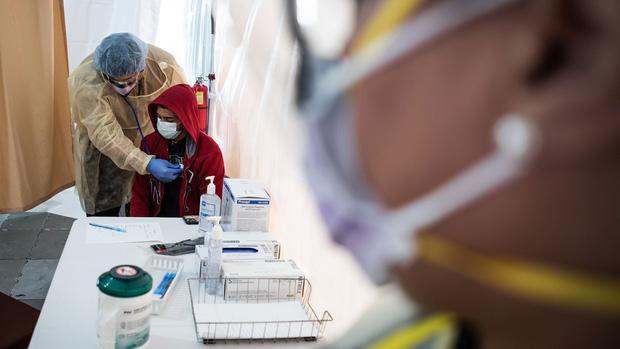 Việc xét nghiệm sẽ bị giới hạn cho các nhân viên y tế và người có triệu chứng nặng