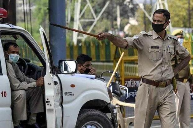 Ngày đầu tiên bị phong tỏa của đất nước 1,3 tỉ dân: Cảnh sát Ấn Độ truy lùng người chống lệnh, quất roi, bắt chống đẩy giữa phố - Ảnh 3.
