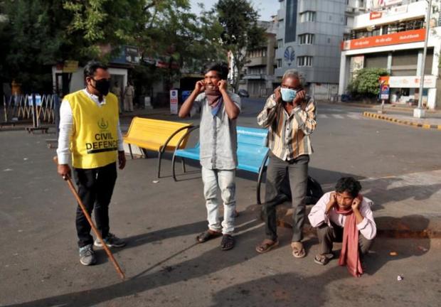 Ngày đầu tiên bị phong tỏa của đất nước 1,3 tỉ dân: Cảnh sát Ấn Độ truy lùng người chống lệnh, quất roi, bắt chống đẩy giữa phố - Ảnh 5.