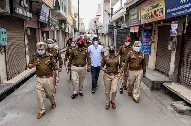Ngày đầu tiên bị phong tỏa của đất nước 1,3 tỉ dân: Cảnh sát Ấn Độ truy lùng người chống lệnh, quất roi, bắt chống đẩy giữa phố - Ảnh 6.