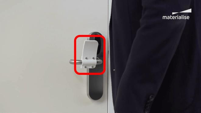 Với món đồ đơn giản này, bạn có thể mở cửa mà không cần chạm vào tay nắm - Ảnh 1.
